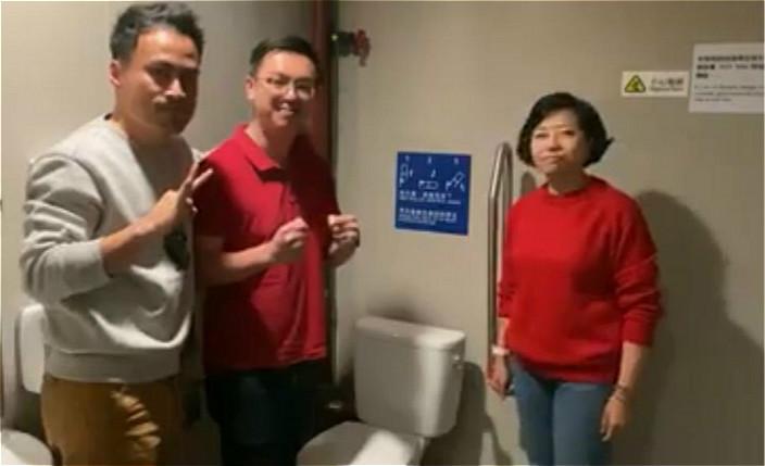 工聯會麥美娟(左)、何啟明(中)、郭偉強(左)教大家廁所防疫。