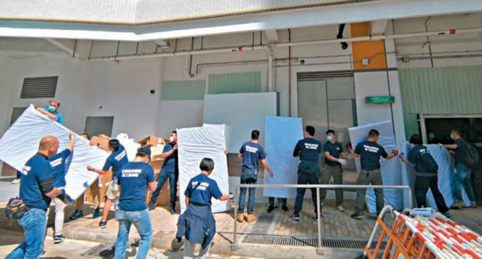 六大紀律部隊的義工搭建隔離屋。