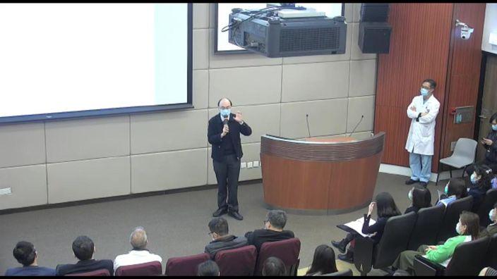 鄭智聰醫生講講座。