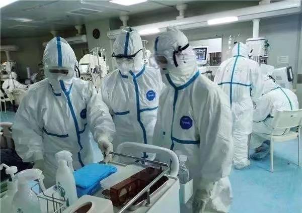 前線醫生集中救治病人。
