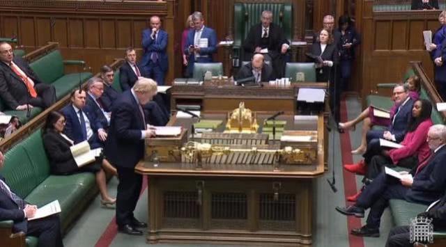 約翰遜在議會無有戴口罩大噴口水,很高危啊!