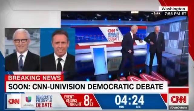 兩人以擊肘問候代替握手。CNN影片截圖