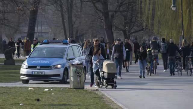 上周六(3月28日)的柏林公園,人山人海,還都不戴口罩!看來外人對德國是瞎操心!