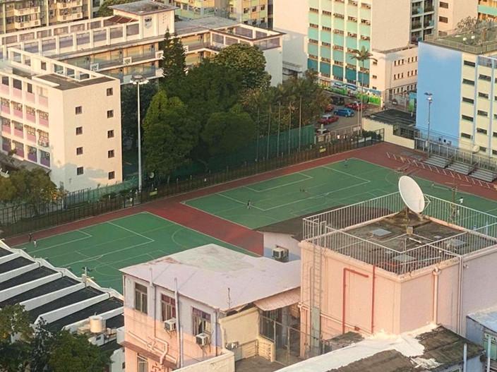 荃灣沙咀道足球場已經搬走龍門。