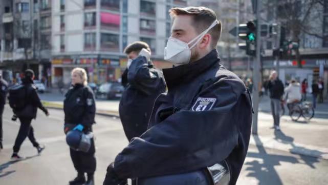 公園裡面相互聚集的情況很多,警察自己有戴口罩,但沒有管聚集的人群。