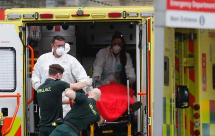 肺炎患者送入约翰逊入住的伦敦圣托马斯医院。AP 图片