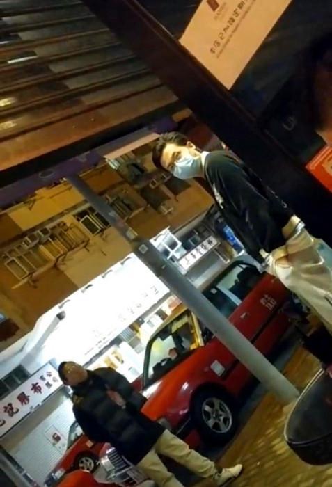 酒吧內有顧客拍得站在門外的林瑞華。