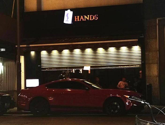 涉事的深水埗Hands酒吧當時半拉閘,但人們稍一低頭就可以入內。