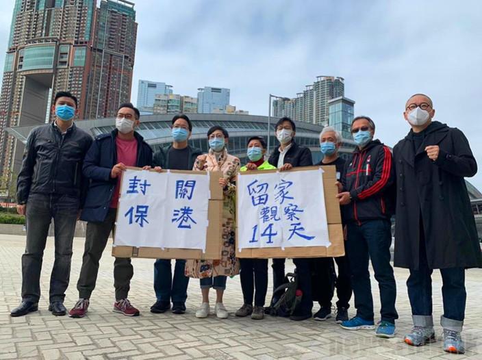 公民黨陳淑莊(左4)經常話撐醫議,曾走到高鐵站抗議叫封關。港台圖片