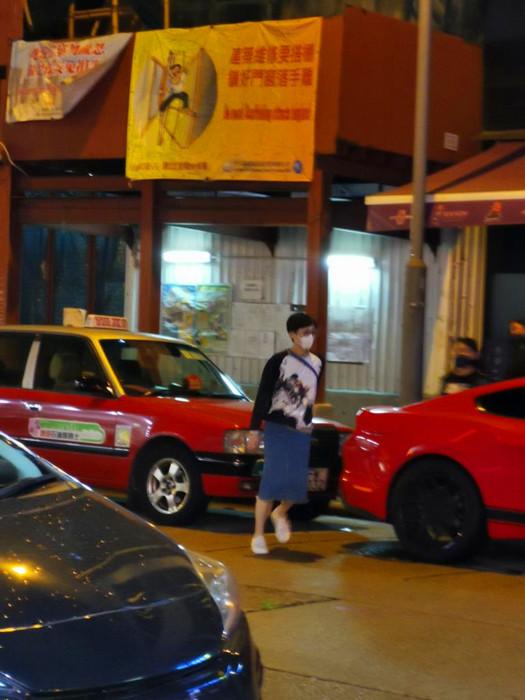 警方到場調時,陳淑莊腳步浮浮搭的士離去。