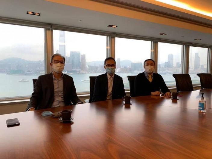 霍启刚与选委与业界人士会面了解他们的苦况。