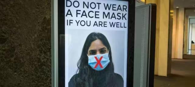 外國公共場所的告示,健康人不要帶口罩。