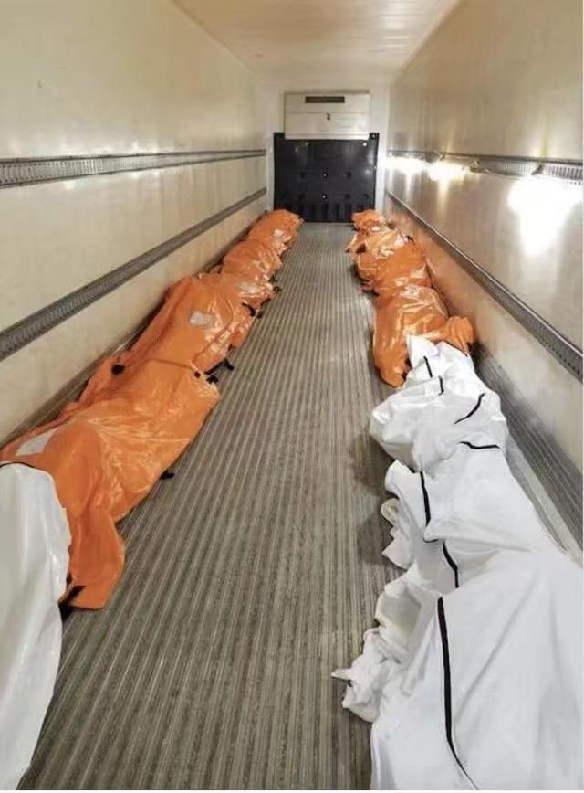 醫院的走廊擺滿屍體。