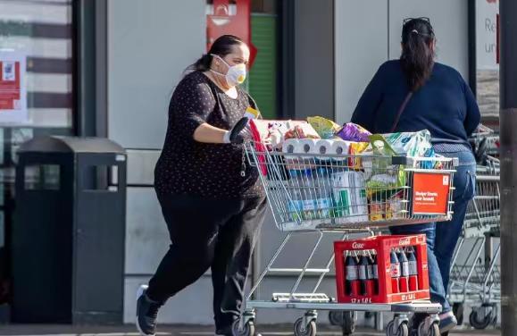 德國耶拿市民戴口罩購物