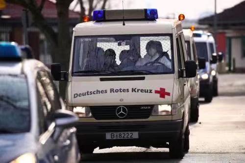 救護車送病人上醫療船。
