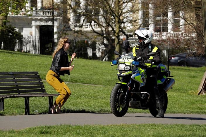 英國人對載口罩和家居隔離防疫的意識依然有改善空間。(AP圖片)