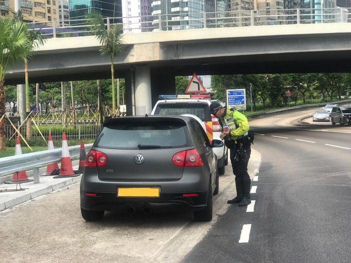 警方在红磡海底隧道口截查怀疑慢的私家车。警察图片。