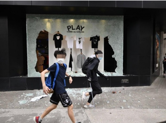 I.T.銅鑼灣分店的玻璃被暴徒打碎。