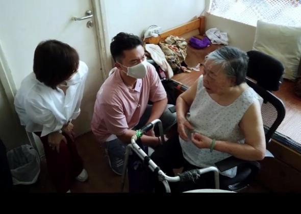 立法局議員梁美芬(左)探訪90歲的婆婆(右)。