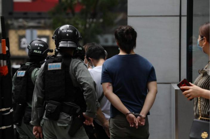 警方今天的行動特別留意帶頭叫口嘁的示威人士。警告多次無效就被帶走。