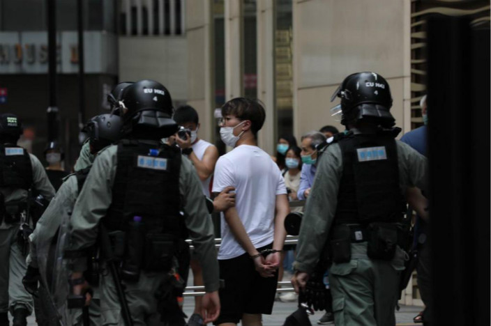 今天午各區約300人被警方拘捕。