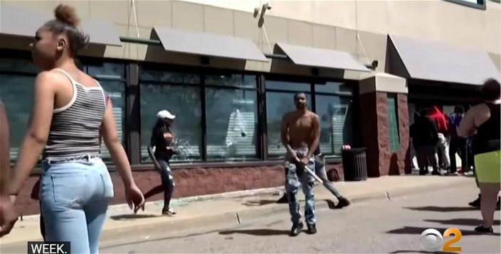 示威者在明尼苏达州抢掠,打烂玻璃。