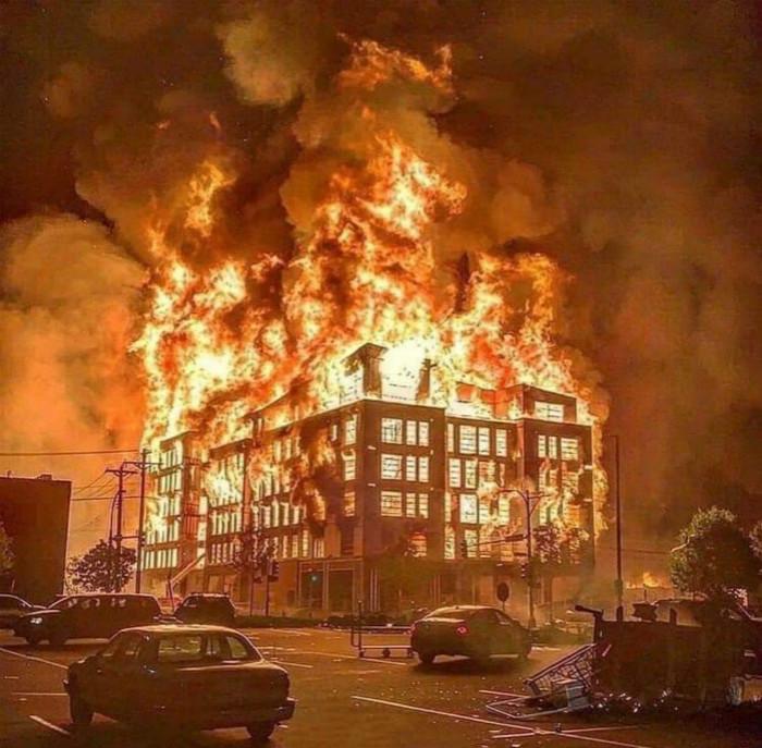 图:示威者放火烧警局火光熊熊。网上图片