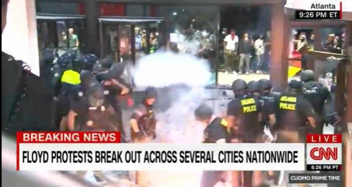 示威者將煙花彈擲在警員身旁爆炸。