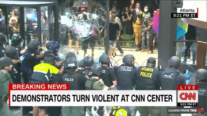 示威者向警員及玻璃擲石。