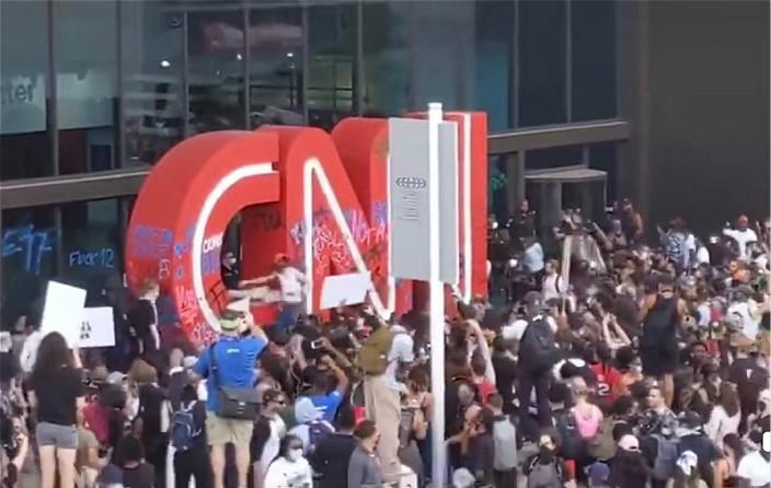 示威者在亞特蘭大包圍CNN大樓外。