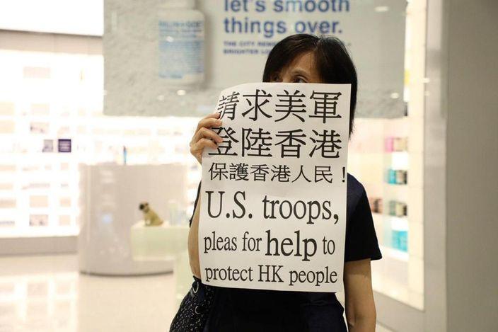 向美軍求助的示威者。