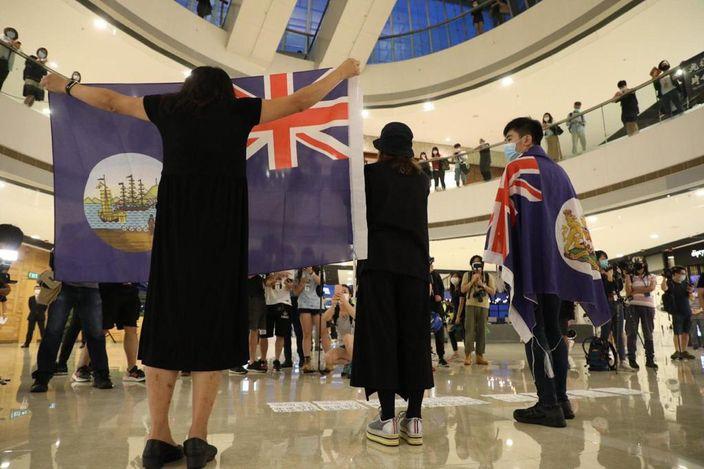 也有很多人打出港英旗。