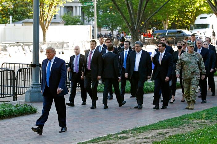 特朗普走路前往有「總統教堂」,需由憲兵和警察開路。AP圖片
