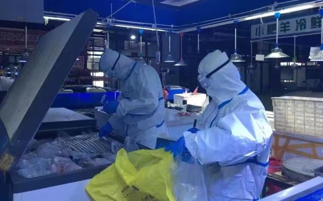 6月中旬,疾控人員在新發地市場進行現場採樣。北京市疾控中心圖片