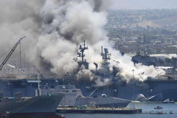 正進行維修的黃蜂級兩棲攻擊艦「好人理查號」(Bon Homme Richard)突然爆炸起火。網上圖片