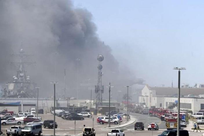 「好人理查號」爆炸起火後,火勢迅速蔓延,難以撲滅,濃煙密佈。AP圖片。