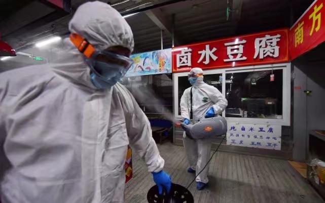 6月19日,大興區萬源吉慶副食品市場,消毒人員對重點區域使用消毒劑充分噴灑消毒。 新京報圖片