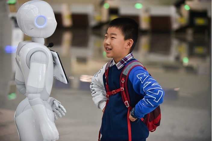 面對AI機械人,我們的優勢是思考靈活,擁有無限創意和想像力。(新華社圖片)