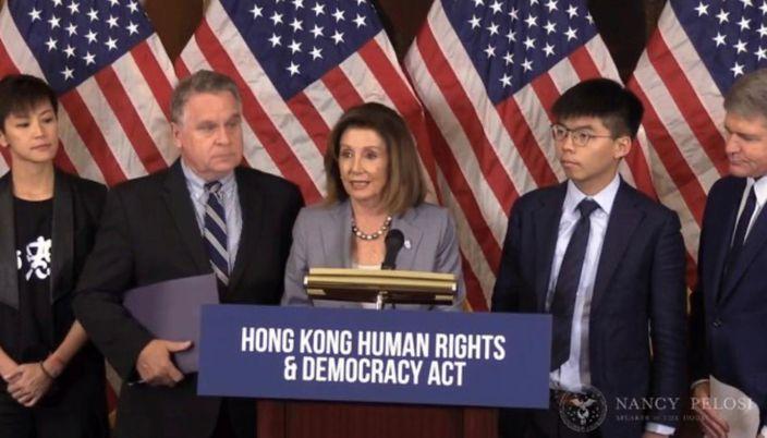 去年9月18日,史密斯(左2)和眾議院議長佩洛西(中)就《香港人權與民主法》開記者會,黃之鋒(右2)也在席。