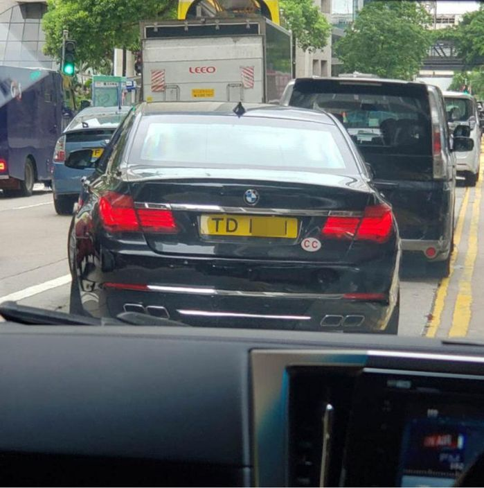 史墨客乘車到太子大廈。《堅料網》圖片