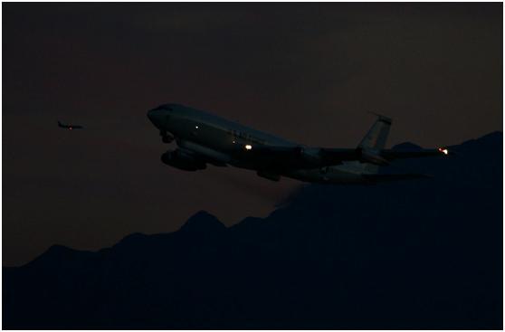 美國空軍的E-8C空地監視飛機在夜間出動。