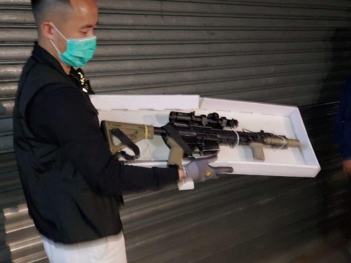 去年警方檢獲的一支AR15步槍。