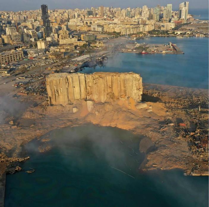 纽约时报的照片,纪录了贝鲁特爆炸后的码头,成了一个废墟。