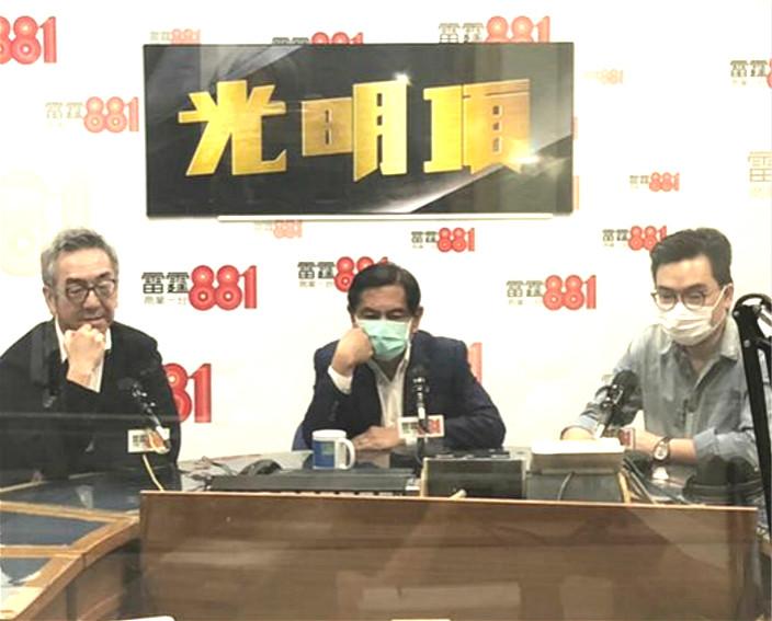 人稱「炒何」的何柱國(中)在陶傑(左)的節目開咪。