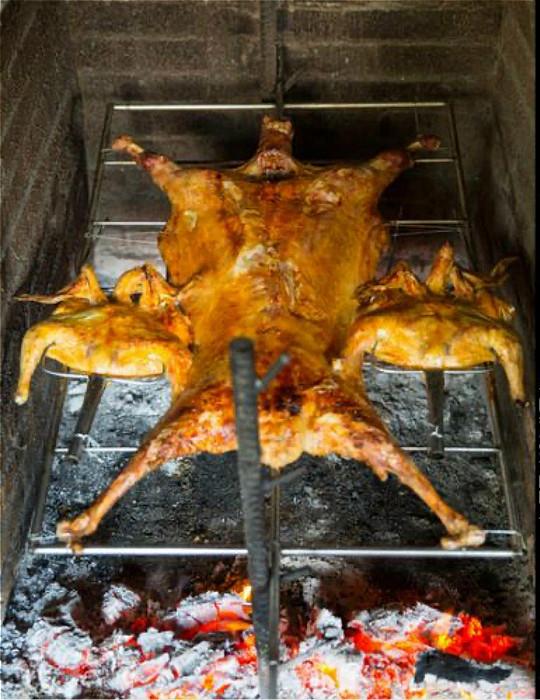 炭火烤全羊。