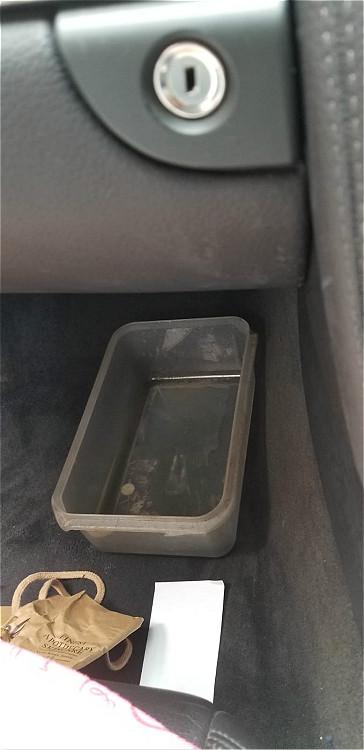 我用塑膠箱,盛載冷氣水呀。