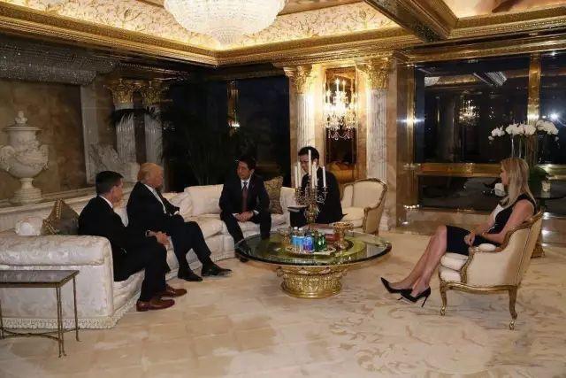 當時大家都留意到第一女兒伊萬卡(右),還翹了個二郎腿,坐得非常隨意。