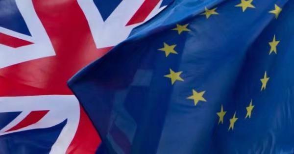 2017年12月8日在比利时布鲁塞尔欧盟总部外拍摄的英国国旗和欧盟旗帜。AP图片