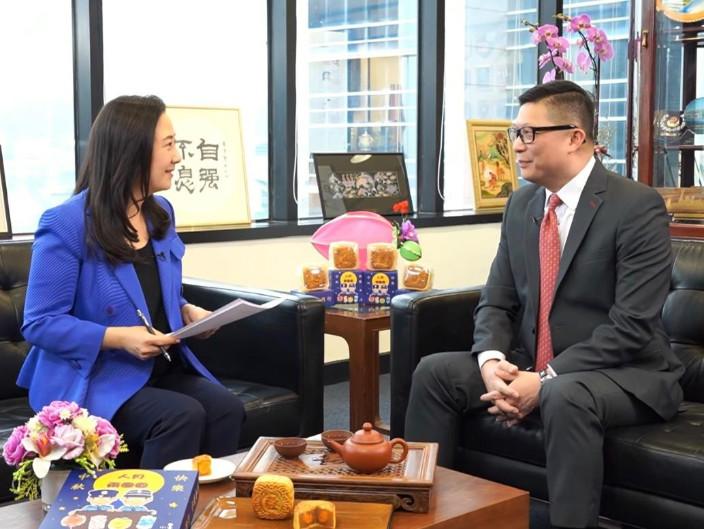 葛珮帆訪問警務處處長一哥鄧炳強。