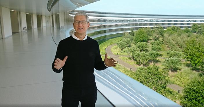 蘋果CEO庫克現身在空盪盪走廊上介紹秋季新產品。(蘋果網站截圖)